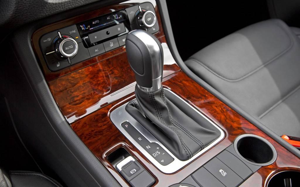 2013-Volkswagen-Touareg-TDI-center-console