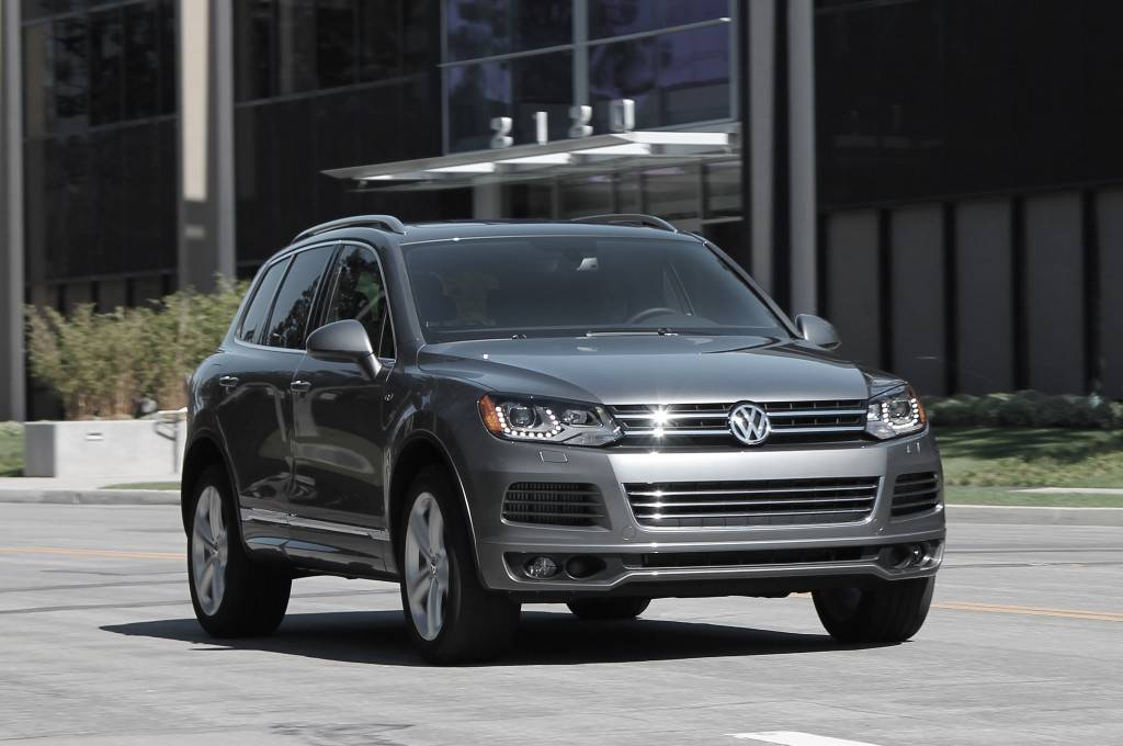 2014-Volkswagen-Touareg-R-line-TDI-front-view-in-motion-01