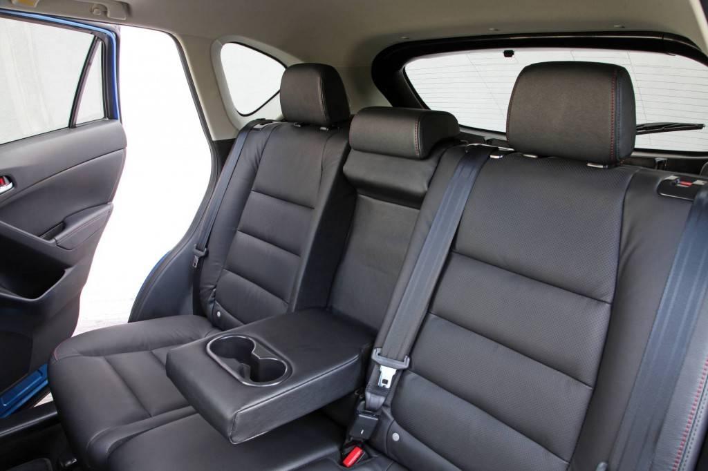 Для двух человек места на задних сиденьях предостаточно