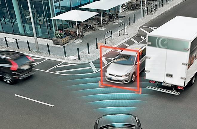 City Safety распознает автомобили, велосипедистов и пешеходов перед капотом, а также благодаря Autobrake at intersections научилось предотвращать столкновения при маневрах на перекрестках