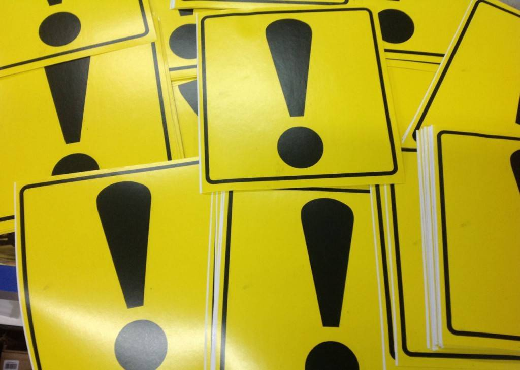 Знак продается в виде специальной наклейки, которую помещают на заднем стекле автомобиля.