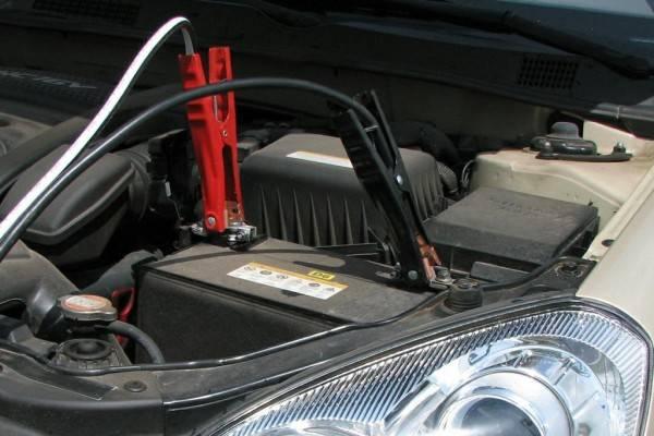 Емкости аккумуляторов на обеих машинах равны или близки по значению.Заглохший внедорожник не завести, «прикуривая» от аккумулятора малолитражного автомобиля.