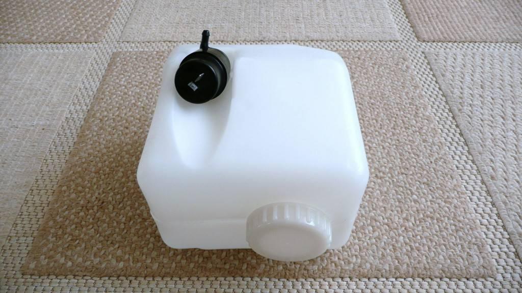 Для очистки фар используется один бачок, объемом 2 или 4 литра. Увеличенный объем применяется в том случае, если для каждой фары стоит по две форсунки.