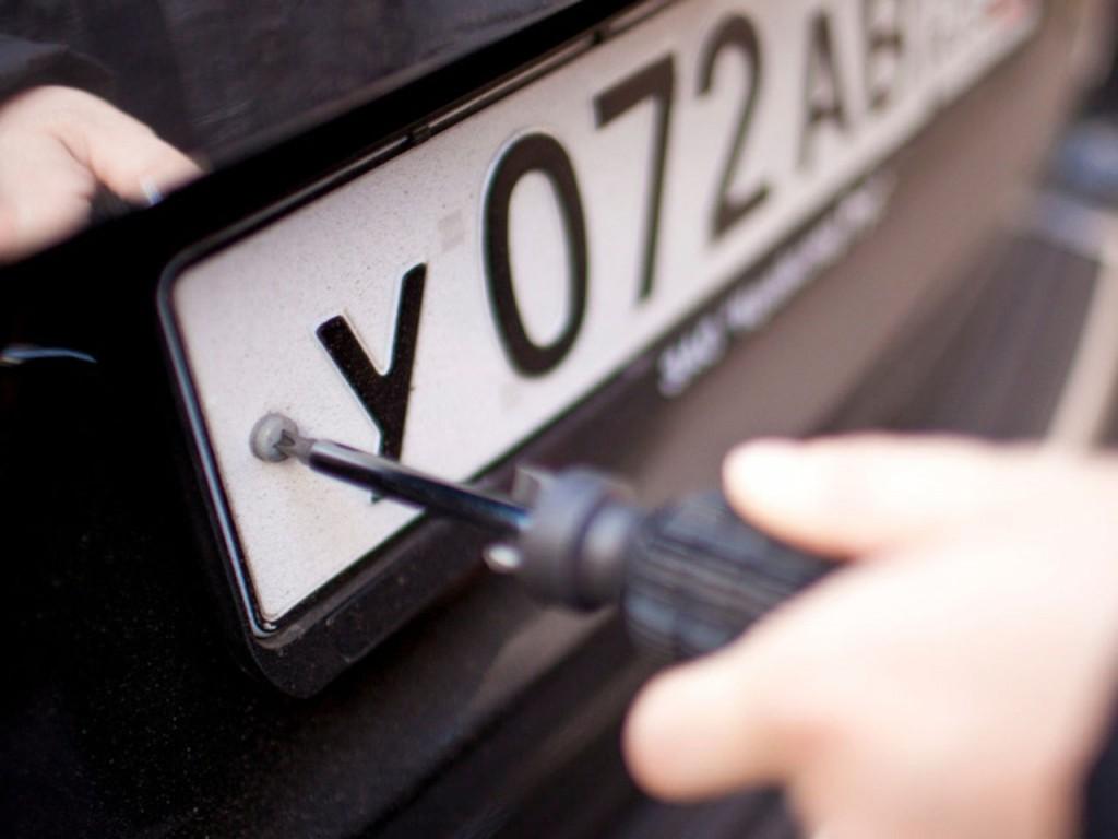 При перерегистрации необходимо продемонстрировать специалисту номера автомобиля