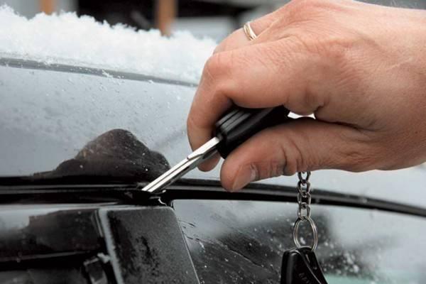 Старайтесь не прилагать много сил при открытии замерзшего замка: ключ можно легко сломать