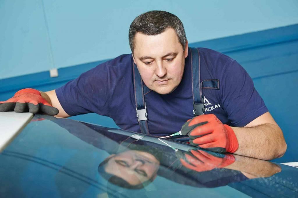 Лучше всего с трещиной в лобовом стекле справятся профессионалы