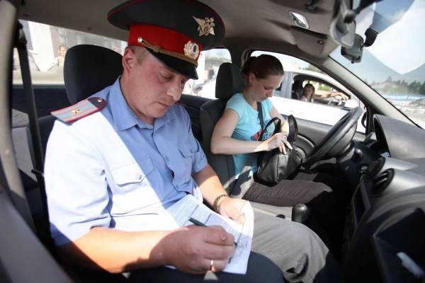 Проверка навыков движения проводится и на транспортных средствах Госавтоинспекции, и на автомобилях автошкол.