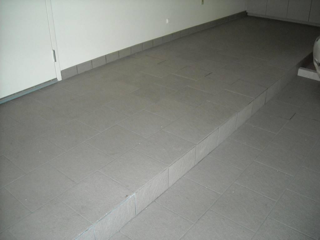 Покрытием для бетонного пола в гараже может служить даже качественная напольная плитка