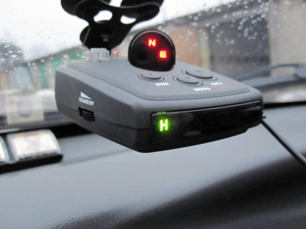 Антирадар – активное устройство, создающее помехи для работы радара и препятствующее измерению скорости. Использовать данный прибор на территории РФ категорически запрещено.