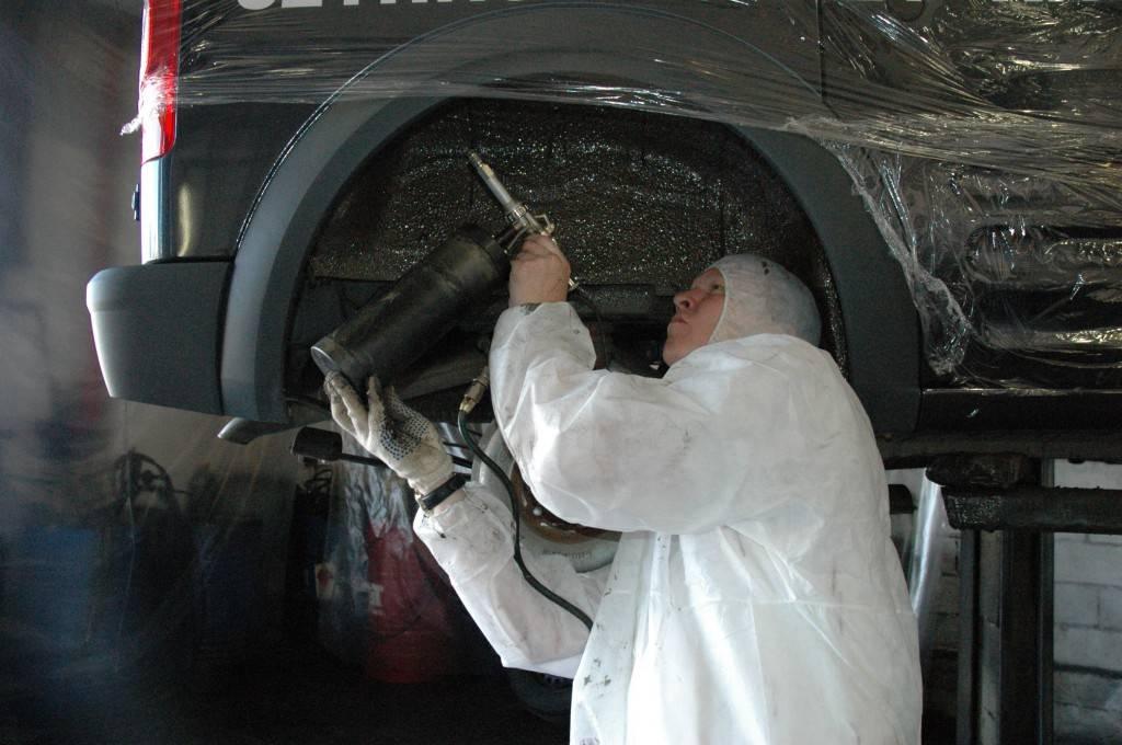 Кузов страдает от разного рода агрессивных веществ, среди которых атмосферные осадки, кислотные грязи и солевые растворы. Из-за всего этого защитный слой кузова автомобиля постепенно разрушается.