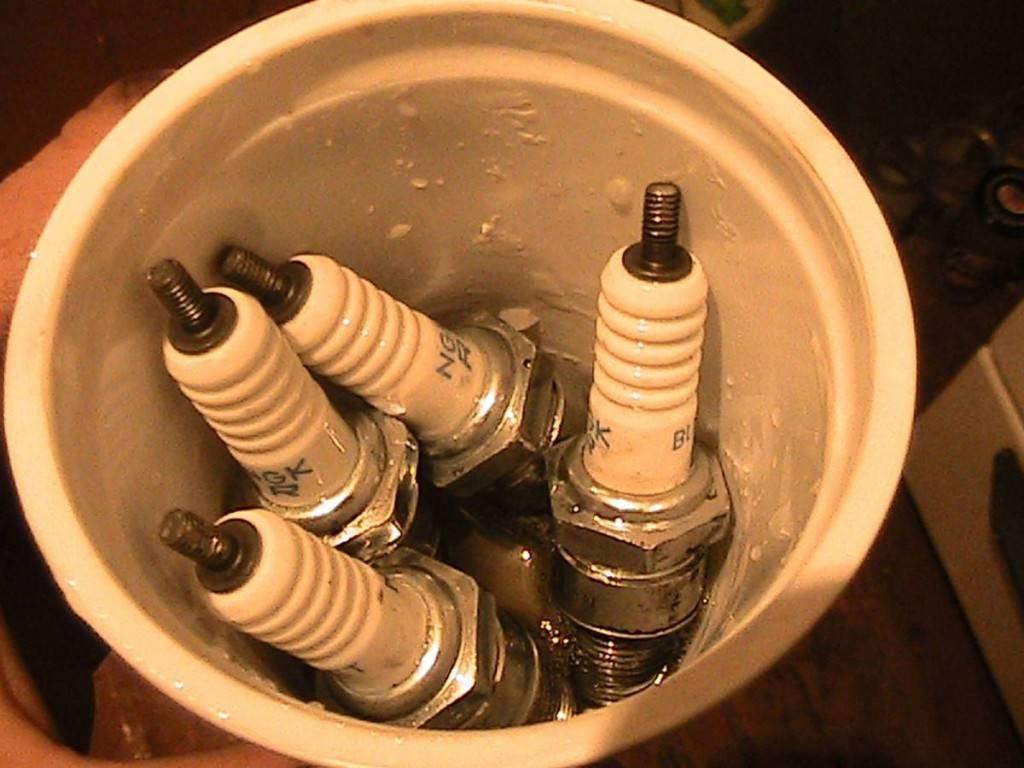 Чем очистить свечи зажигания от нагара в домашних условиях