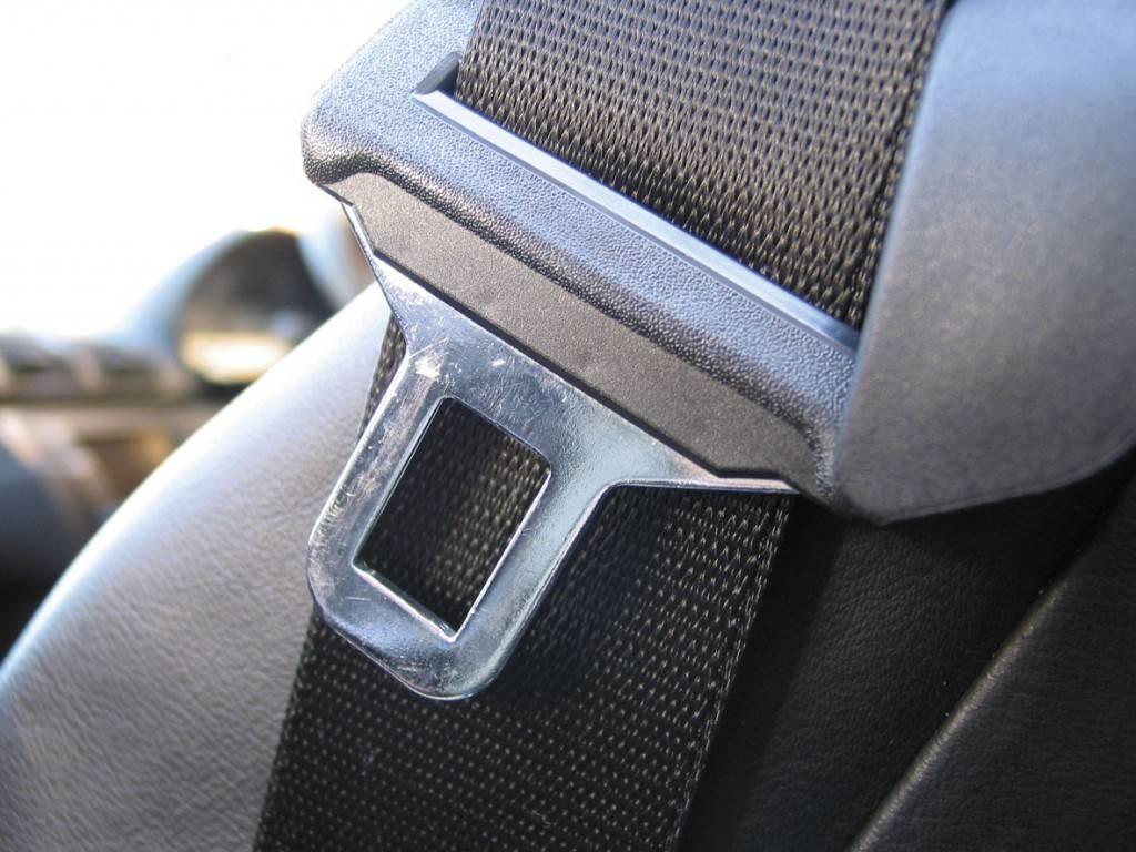Пассажиру, нарушившему это правило дорожного движения, выписывается предупреждение. В некоторых случаях с него могут потребовать выплаты штрафа, размер которого составляет до 500 рублей, согласно статье 12.29 КоАП.