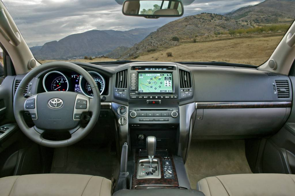 Toyota-Land-Cruiser-200-interior