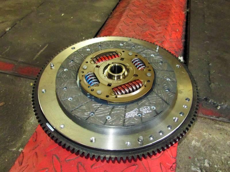 Чтобы снизить вес маховика с него удаляется часть металла. Удаление производят на максимальном радиусе, поскольку снятие металла ближе к центру детали способно только снизить прочность изделия.