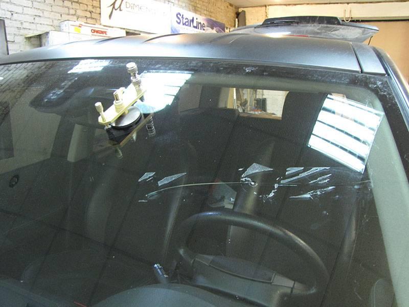 Не относитесь легкомысленно к различным повреждениям лобового стекла автомобиля. В случае большого повреждения, не прибегайте к самостоятельному ремонту, лучше обратитесь к профессионалам.