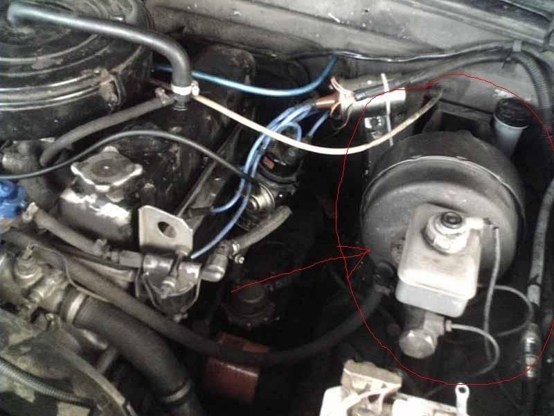 В электронный блок управления системы  ABS поступают импульсы с датчиков, установленных на колесах, и на основе поступившей информации электроника регулирует давление в тормозах.