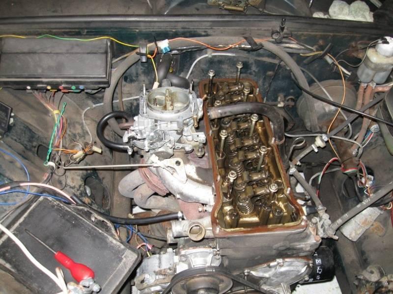 В случаях, когда на поверхности мотора появляются масляные подтеки (в месте стыка головы и блока), ездить еще можно, но ремонт необходимо уже планировать.