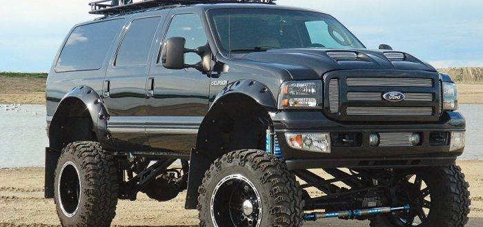 Ford_Excursion_lifted_132592