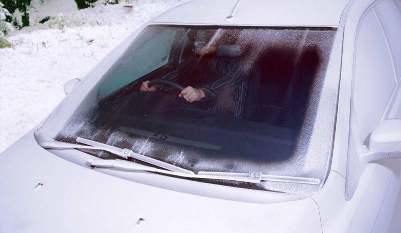Нельзя резко направлять поток горячего воздуха на замершее стекло, сильный перепад температур может привести к тому, что стекло треснет.