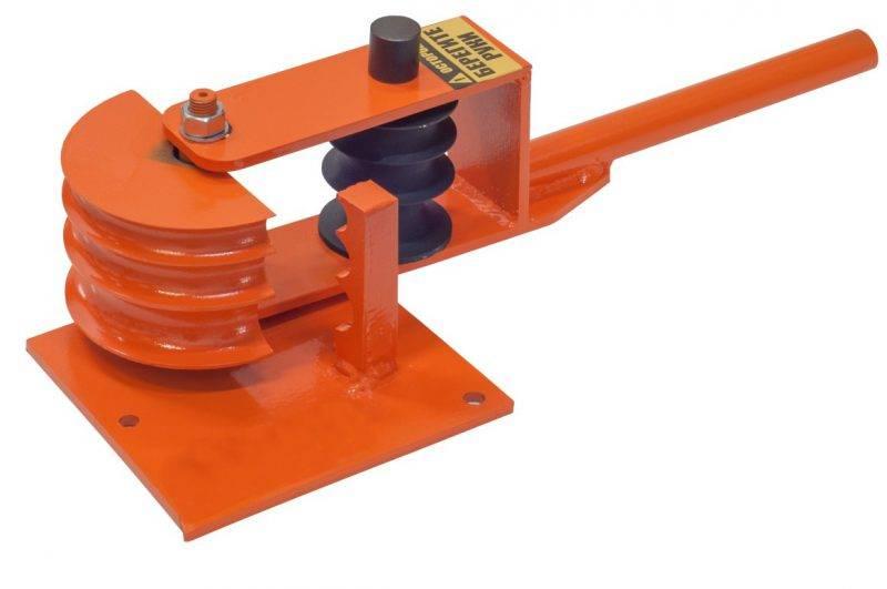 Согнуть трубу можно при помощи трубогиба, или же сделать разрез болгаркой, затем согнуть, после чего все тщательно проварить сварочным аппаратом.