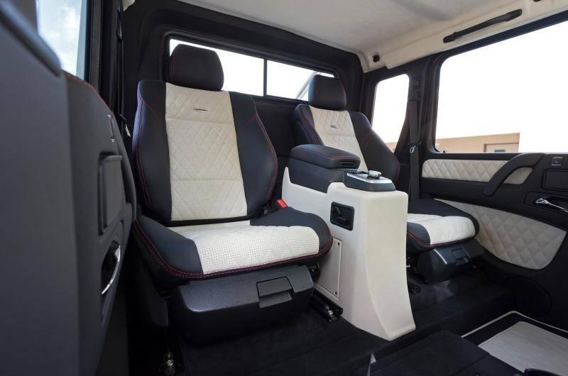 Интерьер шестиколесника отличается раздвоенным задним рядом, и места для пассажиров заднего ряда гораздо комфортнее, чем в обычном G классе.