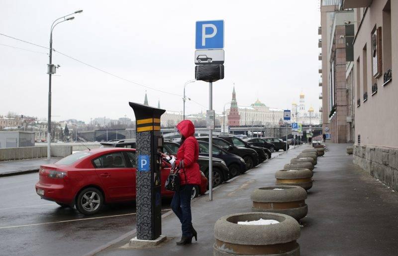 Согласно новому закону РФ, получить право абсолютно бесплатно парковать свою машину в зоне платного паркинга может любой человек, проживающий неподалеку от стоянки.