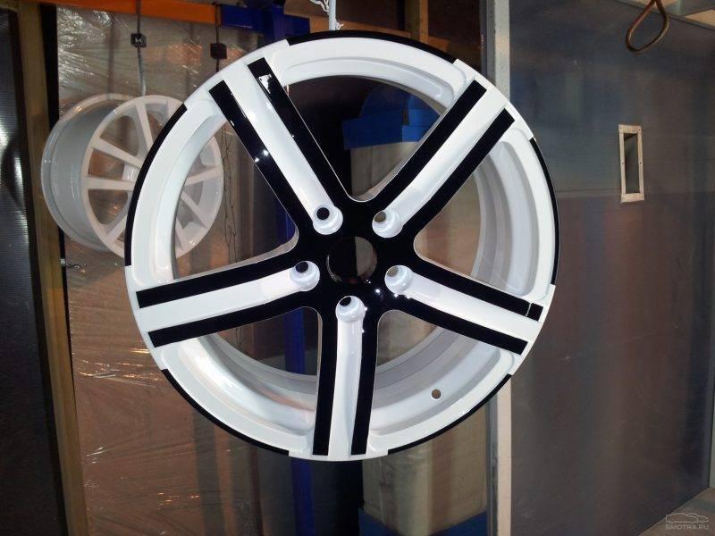 Если ранее диски уже были крашеный, то вначале нужно убрать прежний слой специальным раствором.
