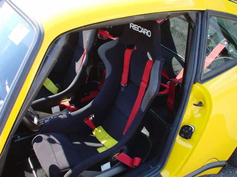 В машину можно поставить как стилизованные под спортивные, так и идентичные гоночным сиденья.