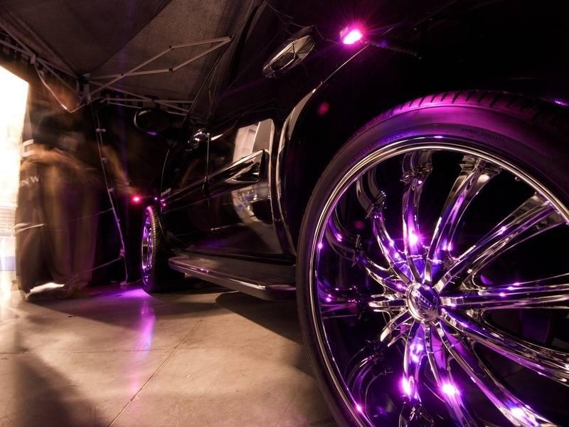 Транспортное средство, которое мчится ночью с подсветкой на колесах синего, красного или белого цвета смотрится достаточно эффектно.