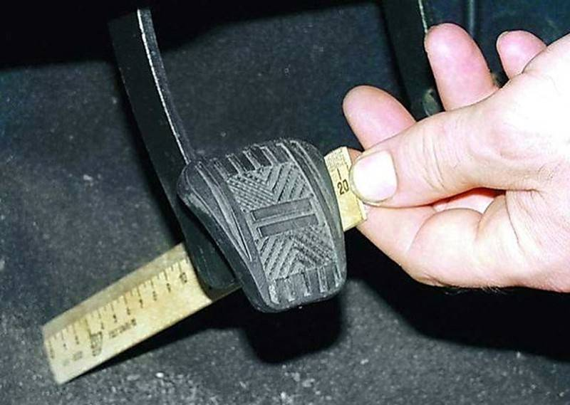 Большой и малый ход у педали сцепления практически одинаково вредны для автомобиля.