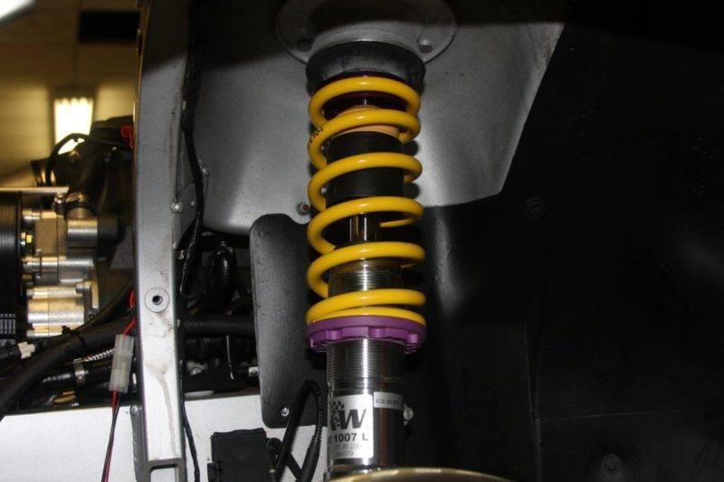Посторонний звук при повороте рулевого колеса может издавать изношенные амортизаторы, на которые оказывается чрезмерная нагрузка.