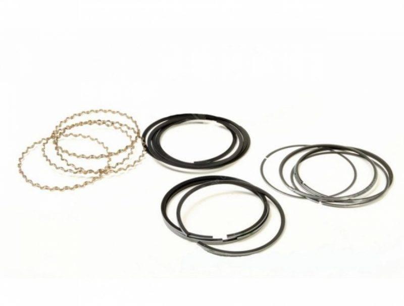 В современных двигателях устанавливается комплект из трёх колец – двух компрессионных и одного маслосъёмного.