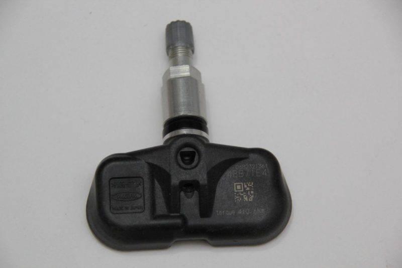 Комплект включает по одному датчику на каждое колесо, систему контроля температуры, система приема информации и блок считывания сигналов поступающих из нее.