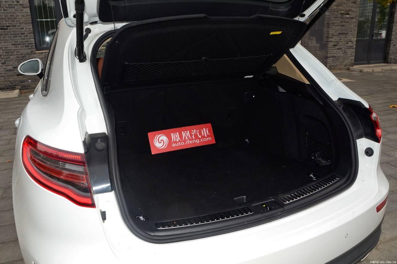 Объем багажного отделения вполне стандартный для автомобилей такого класса - 335 литров, с возможностью увеличения до 1500 литров, путем складывания заднего ряда сидений.