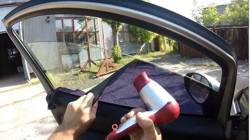 Снять тонировку в домашних условиях может практически любой автомобилист.