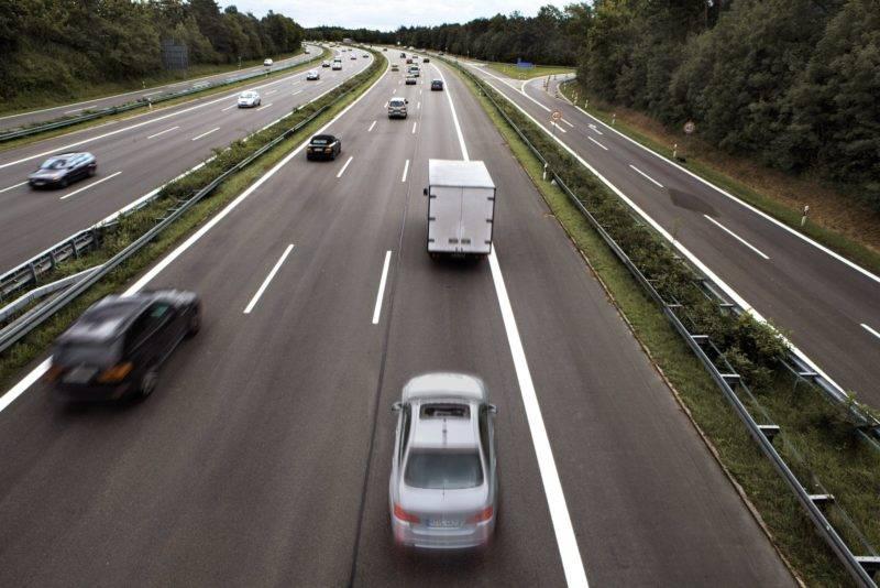Трактовать манёвр можно так: обгон совершается только на дорожном полотне с двумя полосами движения, одна из которых встречная.