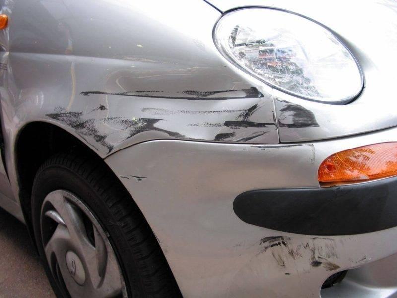Нанесенный на стоянке ущерб – это повод обратиться к страховщику. Фото: brokerlink.ca