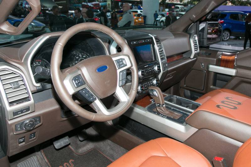 Рулевое колесо оснащено необходимым минимумом кнопок, которые отвечают за мультимедию, круиз – контроль и другие функции. Рулевая колонка регулируется по вылету и высоте.