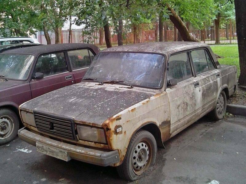 Любой брошенный автомобиль создает массу неудобств окружащим.