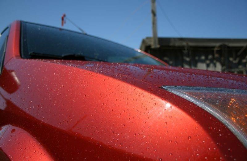 Чтобы сохранить красоту и защитные свойства лакокрасочного покрытия, применяется автомобильный воск и его производные.