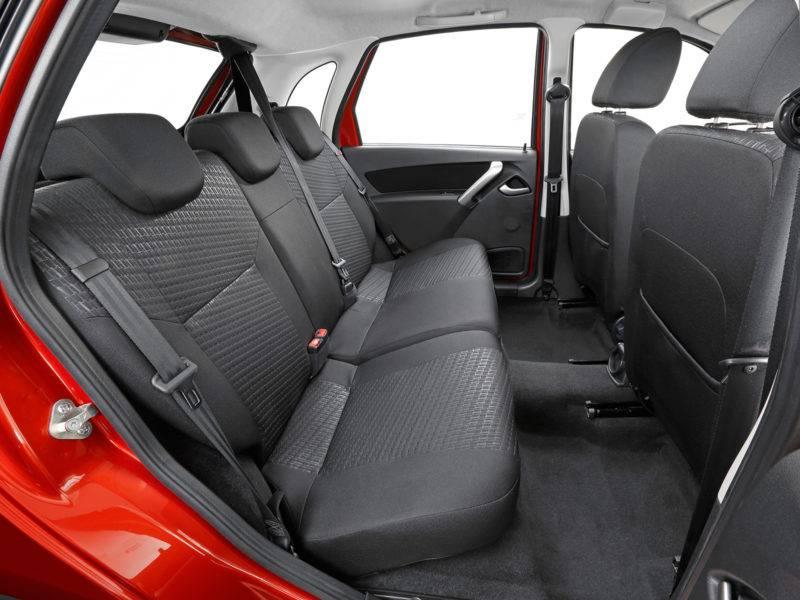Третьему взрослому пассажиру на заднем ряду места однозначно не хватит.
