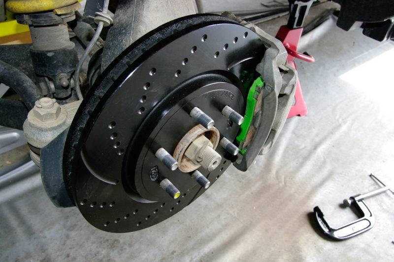 Главное отличие тормозов заключается в их конструкции и эффективности.