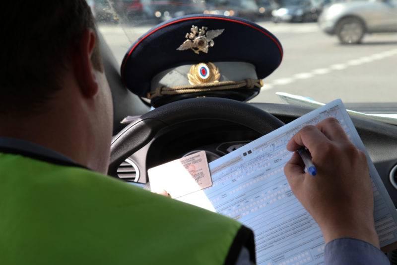 В ситуации, если водитель не имеет возможности самостоятельно управлять автомобилем, за руль, по просьбе первого, может сесть лишь те лица, у которых имеется при себе водительское удостоверение.
