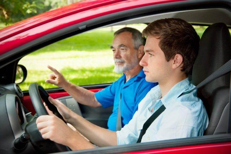 Законами предусмотрено, что водитель может отдать управление автомобилем другому человеку в случае, если первый обучает вождению второго.