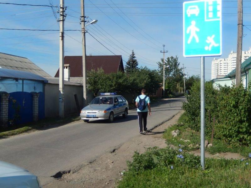 Бывает так, что в зоне действия этого знака нарушают и пешеходы.
