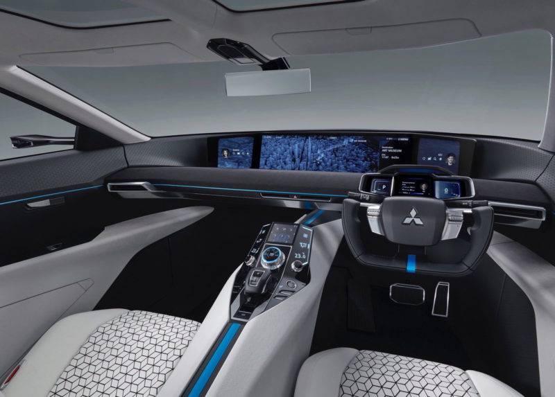 Установленный в салоне небольшой экран соединен с двумя специальными камерами, обеспечивающими отличный обзор при езде задним ходом.