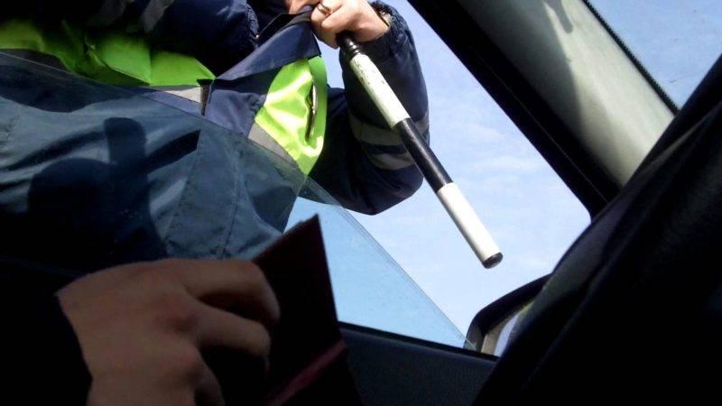 За руль транспортного средства может сесть лицо, имеющее водительское удостоверение и определенную для автомобиля категорию.