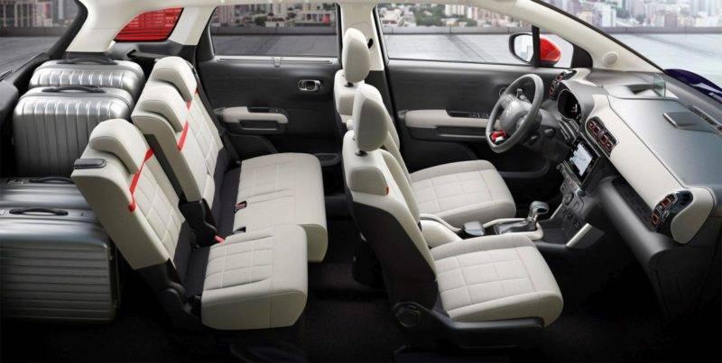 Части сидений можно двигать вперёд-назад, увеличивая или уменьшая дополнительное пространство для поклажи.