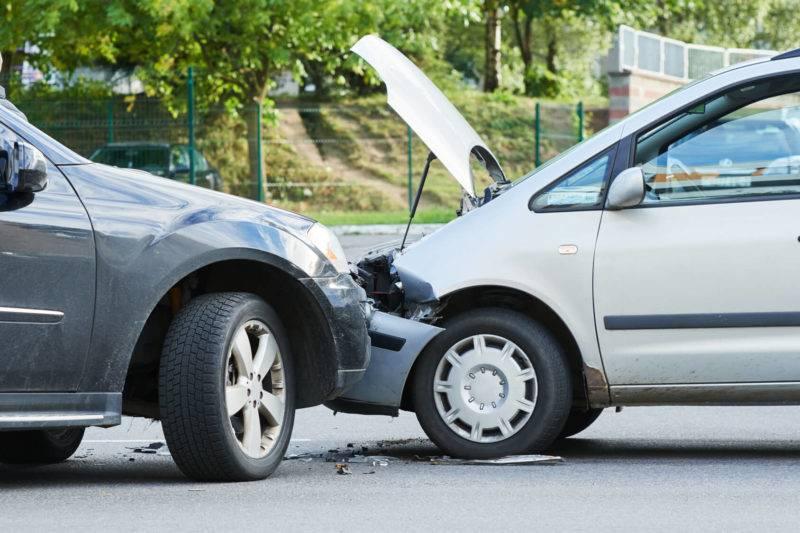 Если по вине водителя произошло ДТП, ущерб пострадавшим в определённых пределах компенсирует не он сам из своего кармана, а страховая компания.