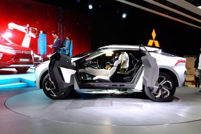 Второй особенностью этой машины является особая конструкция дверей, дающая отличный доступ к любому из четырех комфортных сидений.